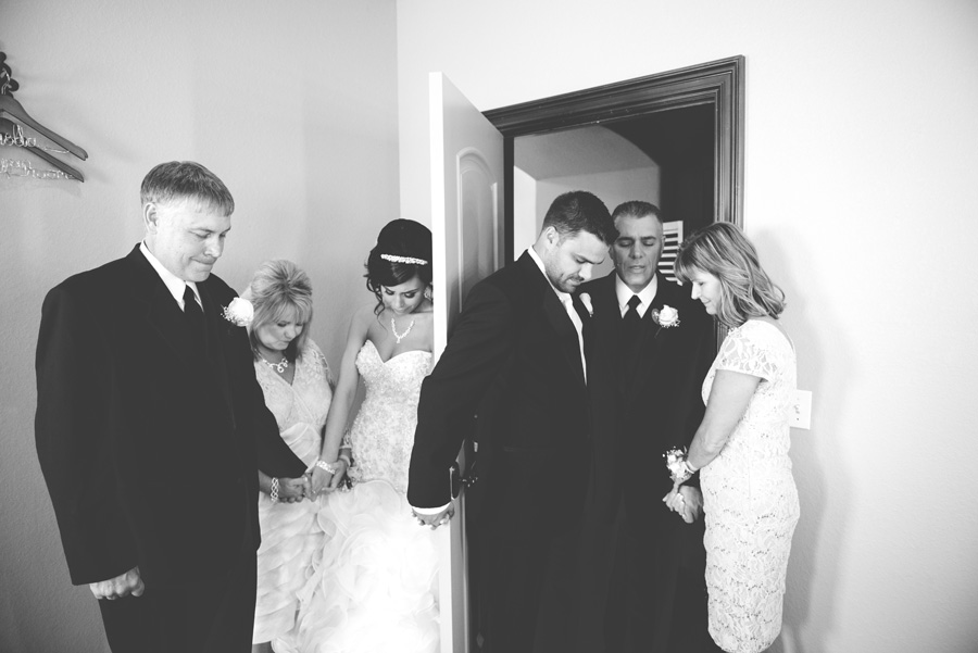 tulsa-wedding-family-prayer